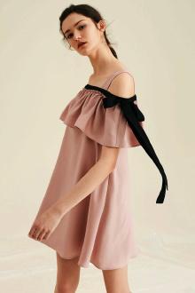 背后飘带连衣裙