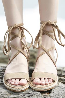 低跟凉鞋女真皮搭配图片 低跟凉鞋女真皮怎么搭配 低跟凉鞋女真皮如何搭配 爱蘑菇街
