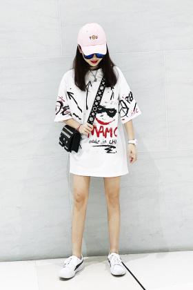 手绘涂鸦印花t恤女搭配图片 手绘涂鸦印花t恤女怎么搭配 手绘涂鸦印花t恤女如何搭配 爱蘑菇街