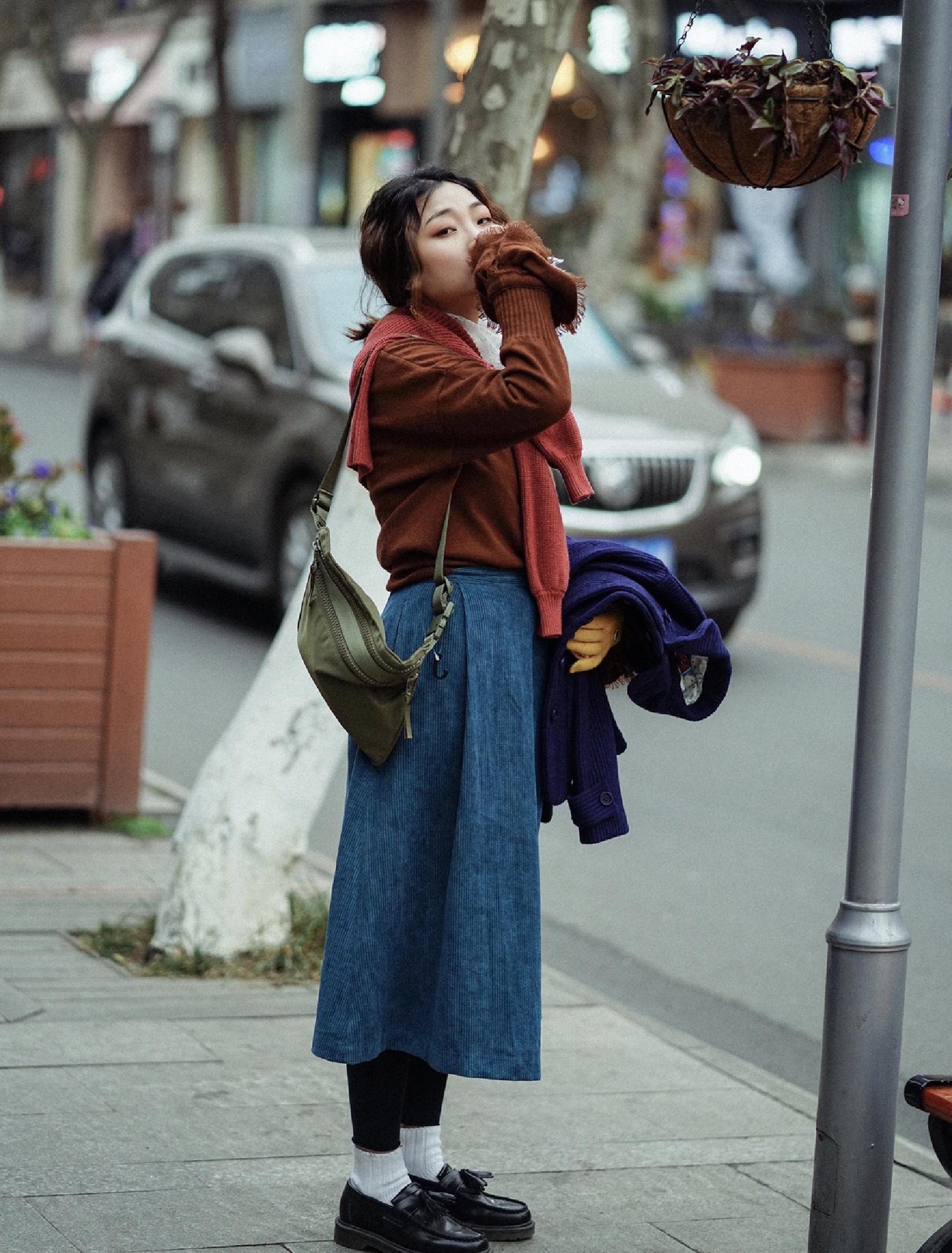 """#双11没看头? 大家""""裙""""起而攻之# 天气说冷就冷,赶紧把毛衣穿上,不过为了可爱一点,选择了灯芯绒的半裙进行配衬。  而在打底裤与小皮鞋之间没有使用过多的技巧,仅仅以白袜进行点缀就够了,层次鲜明。  最后将红色毛衣系在脖子上,从层次上提亮整体造型。"""