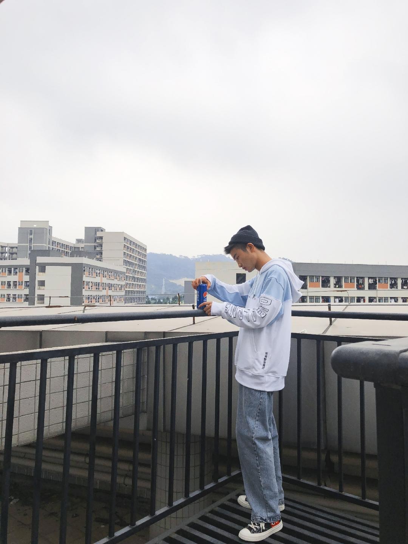 #网红款太烂俗? Emmmm真香!#广州现在的天气开始达到20度左右,大家早想拿出心心念念的卫衣或者外套了吧!可担心在淘宝买的成了网红爆款?拿出来,穿出自己的风格,蓝天下浅色调也是一个不错的选择哦,再配上一双匡威,我们走!