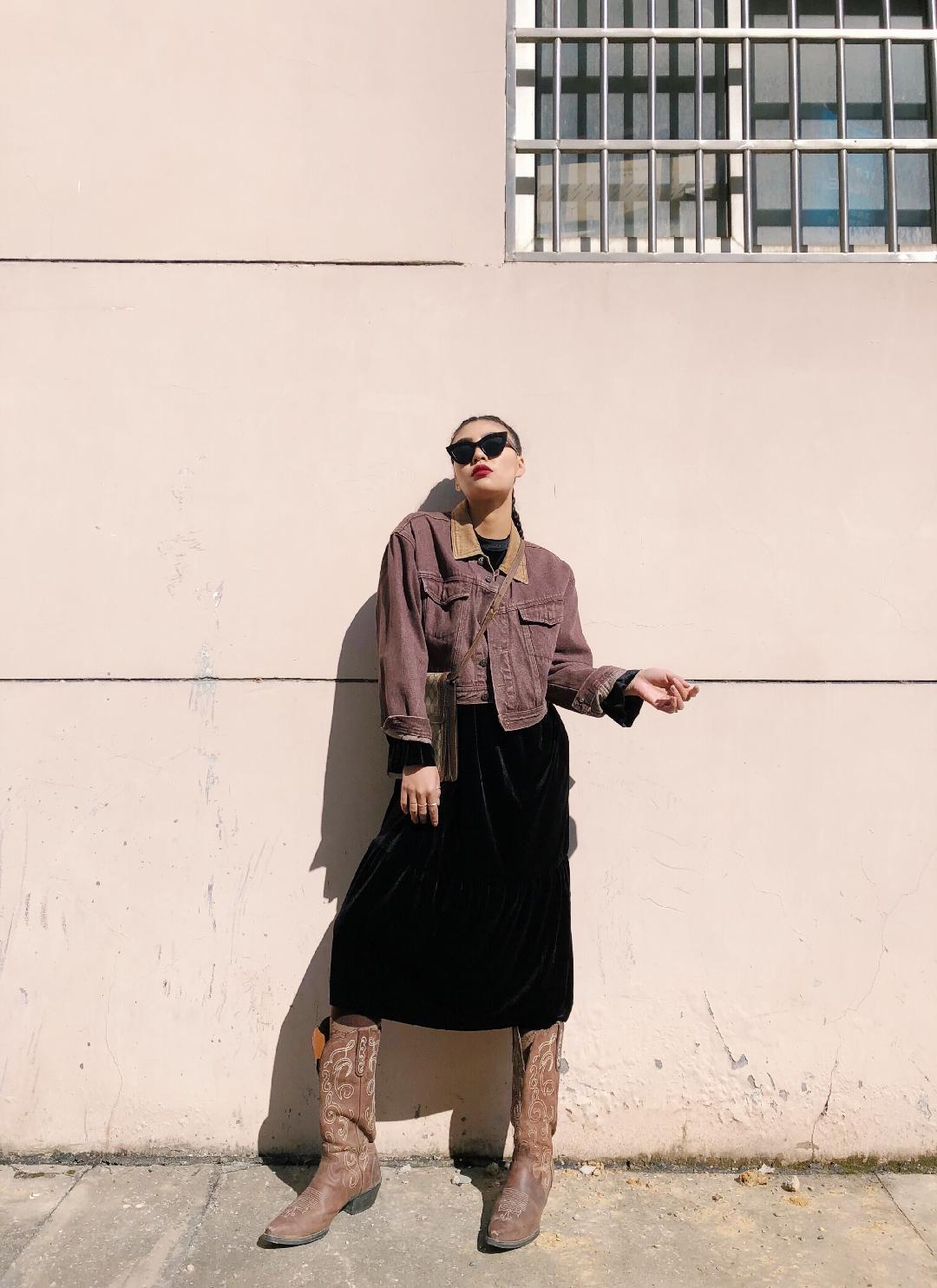 #凹造型我是不可能输的!# 好看的搭配是要搭配有趣的灵魂的 混搭我是认真的不骗你 洗水色较特殊的紫黄色颜色比较鲜亮 款式比较特别就是一个合格的外套 这才是牛仔 内搭我选了一个暗黑系小黑裙是天鹅绒的 材质上跟外套完全区分开 层次感明确清晰 脚上踩了一双靴子 你记住 冬天只有靴子最显高最保暖 最深情