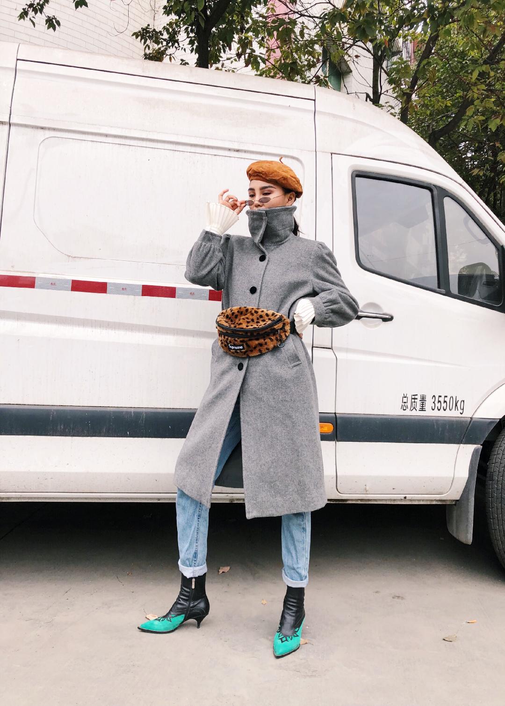 #戴帽子不为取暖,是为好看啊# 一件有型的大衣是你的衣柜震柜之宝 颜色的配搭上也要讲究 帽子与包颜色在一个基调上 帽子是皮的 造型奇特区别一般贝雷帽 下身配了一条宽松的牛仔裤 休闲又讲究细节 尖头复古高跟鞋 不累又好看 整体风格在复古与摩登之间来回切换 毛毛包才是对冬天的尊重呀