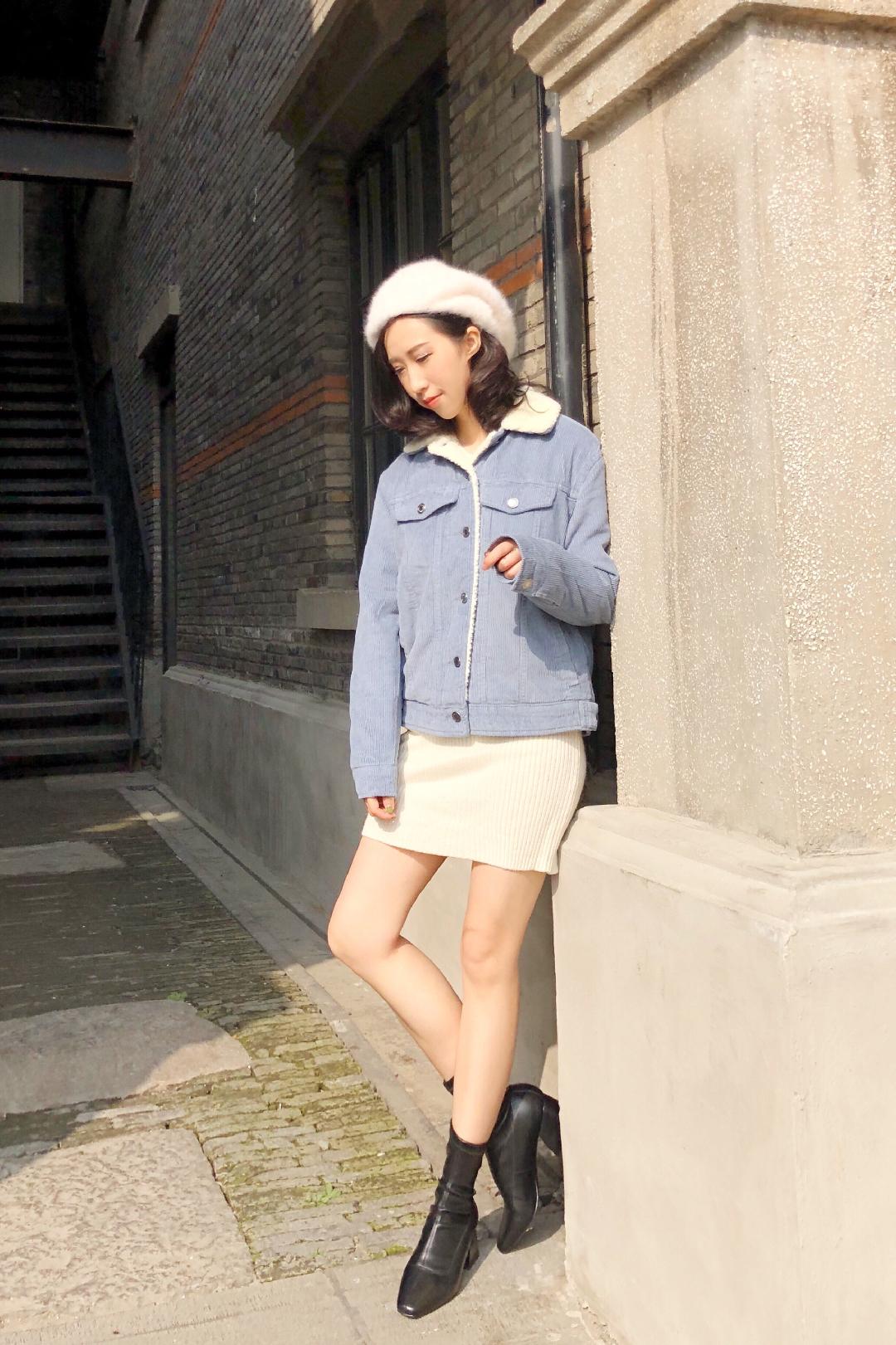 #我的专属暖宝宝:羊羔绒外套#这件灯芯绒夹羊羔绒的外套真的是保暖第一名,我都出汗了……白⚪️➕蓝🔵的look是不是清新温柔?我很喜欢这个配色~感觉需要被保护。