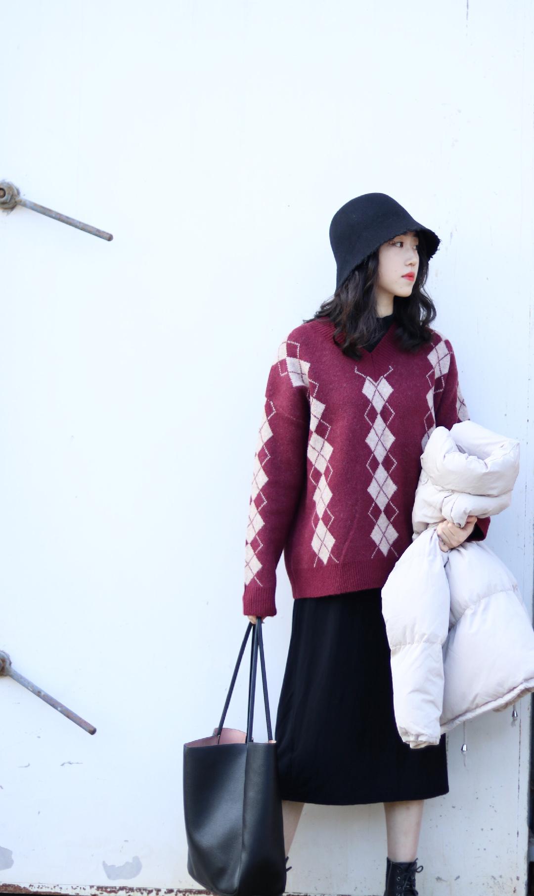 遮肉冬季搭配 毛衣:云上生活 内搭:sixone六一 包包:hm 毛衣:无印良品 内搭选择长裙真的很遮大腿小腿肉,整个人显修长。亮色毛衣外穿,内搭高领毛衣今年好像很流行哦,hm的包包我一直很喜欢,质量也不错👍推荐给大家,这一套穿起来非常气质。   对了!记得点赞完再走哦👍 #遮肉大法#