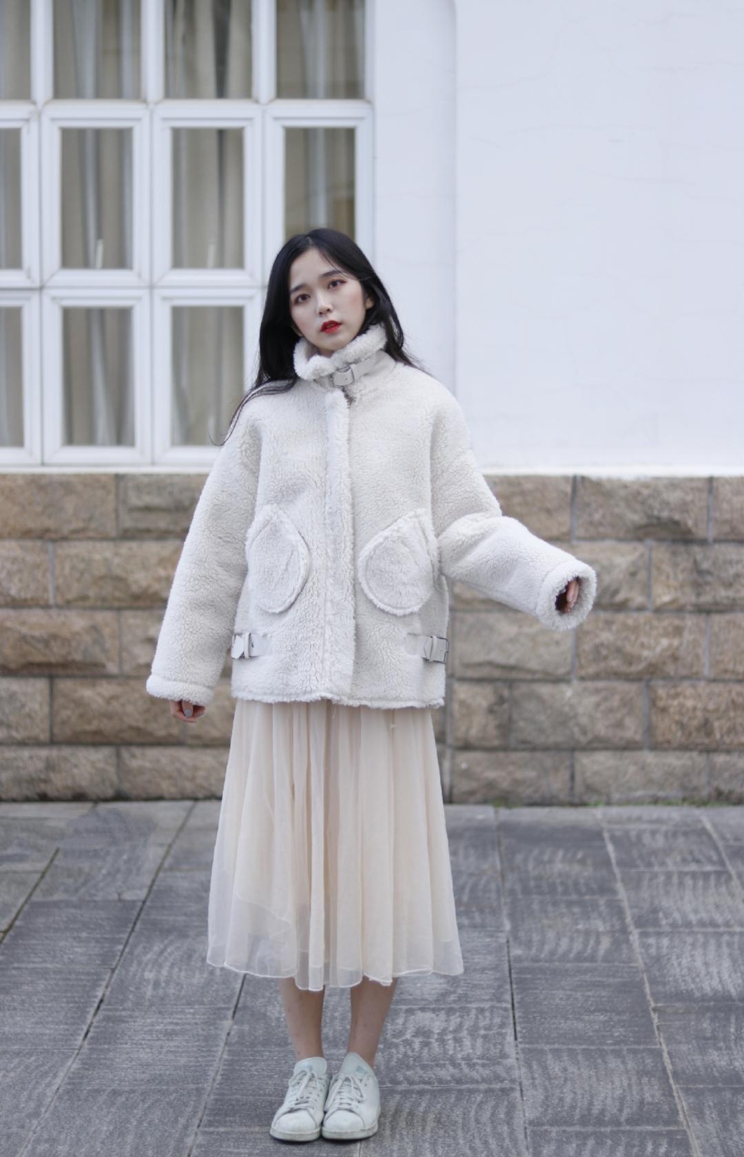分享好看温柔的外套啦~我真的是个外套控 冬季好看温柔的外套真的非常吸引我啦 这款真的很保暖 领口竖起来非常有feel哇 有种韩国女生的感觉~浅色外套真的很温柔好看呢  然后搭配纱裙更显温柔啦 @LOOK君 #冬季韩系ins穿搭示范给你看#