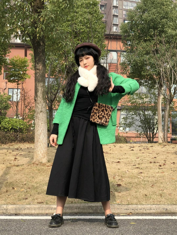#想要生活过得去,搭配必须带点绿#绿色的中袖呢子大衣在冬天绝对让人眼前一亮,配上毛绒绒的围巾显脸小,还有黑色伞裙遮肉肉,最显瘦穿搭get!