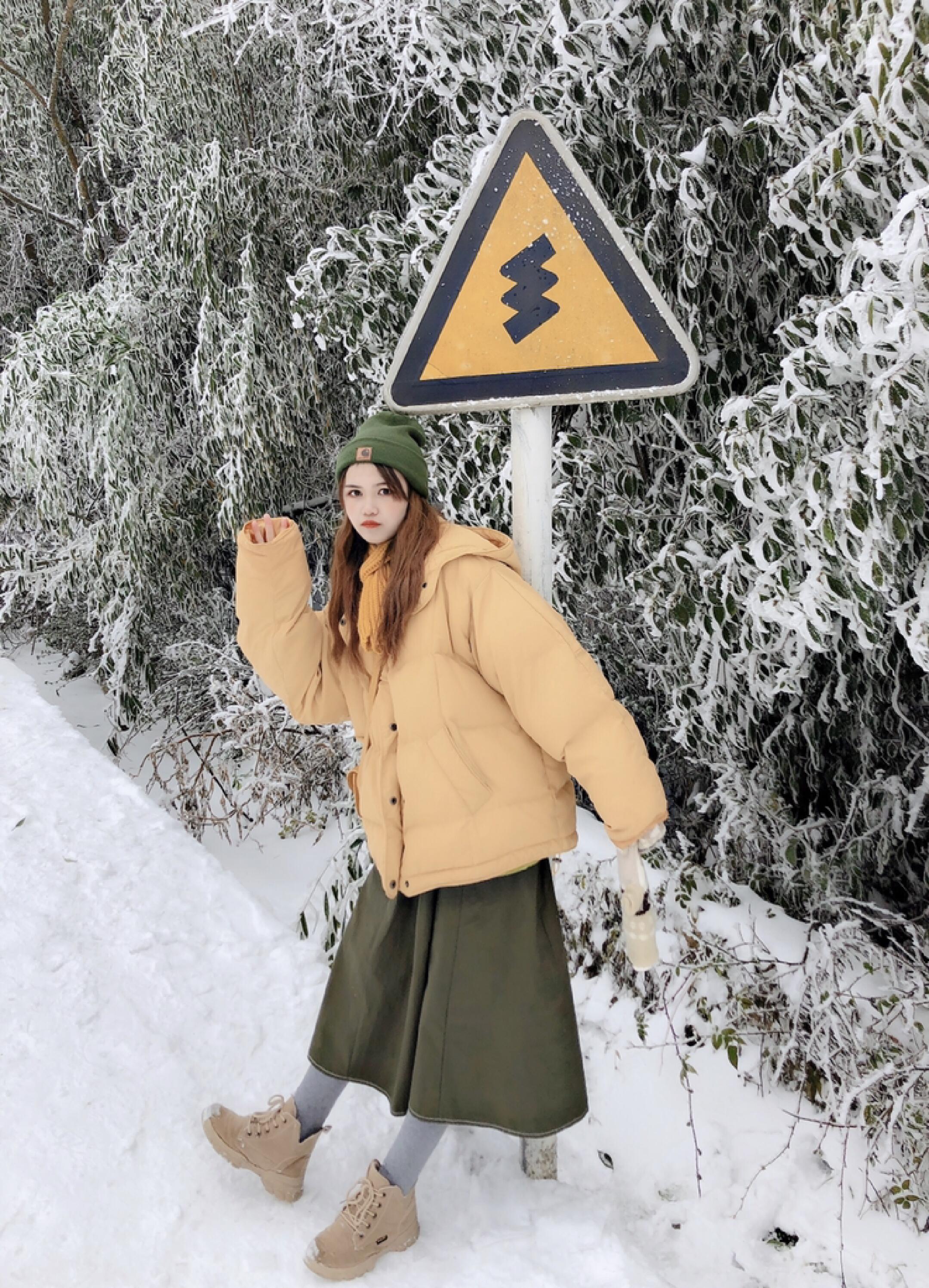 #下装这么搭暖过穿秋裤#超级暖和的一套哦 在雪地也不在话下 保暖又活泼 帽子和裙子呼应 衣服和包包呼应 很和谐的颜色 给冬日几丝活泼的气氛哦 可以说是超级可爱啦