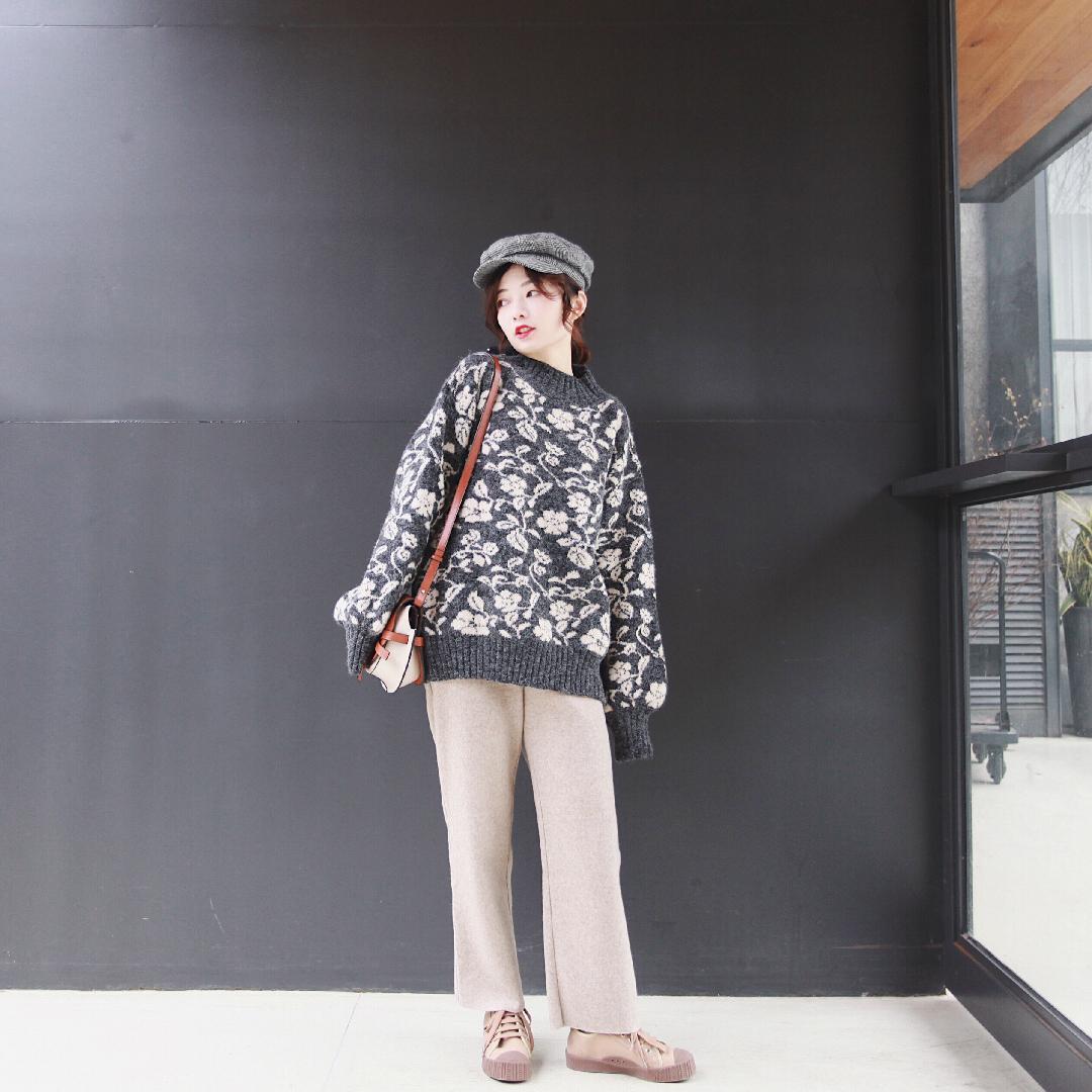 #穿上这条神裤,随便怎么冷都不怕!!!# 复古花花毛衣 灯笼袖慵懒感满满 配色hin好看的一款哟 单穿或者做大衣的内搭都不错哈~ 搭配一条毛呢阔腿裤 遮肉又修饰腿型啦❤️