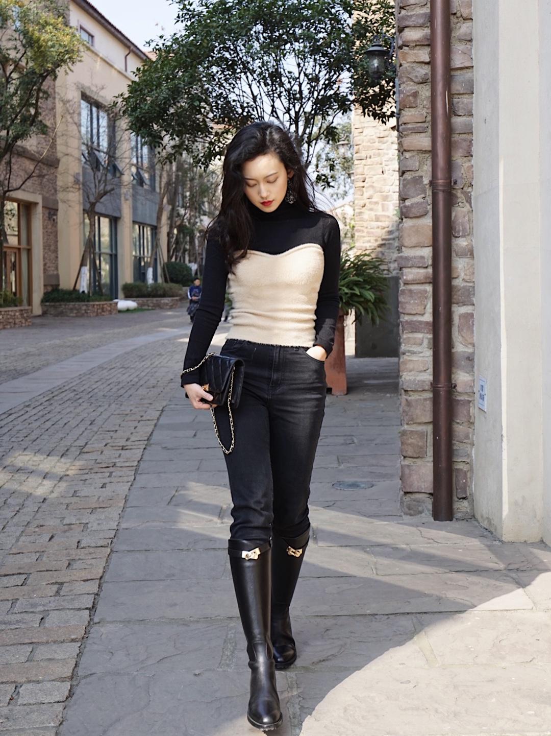 很有女人味的针织假两件,搭配帅气的马靴,以及一个比较夸张的大耳环,整体造型帅气又女人呢🦄️  🚩上衣:假两件针织 🚩下衣:黑色小直筒牛仔裤 🚩鞋:马靴 🚩包:chanel #靠这双战靴走19年的花路!#