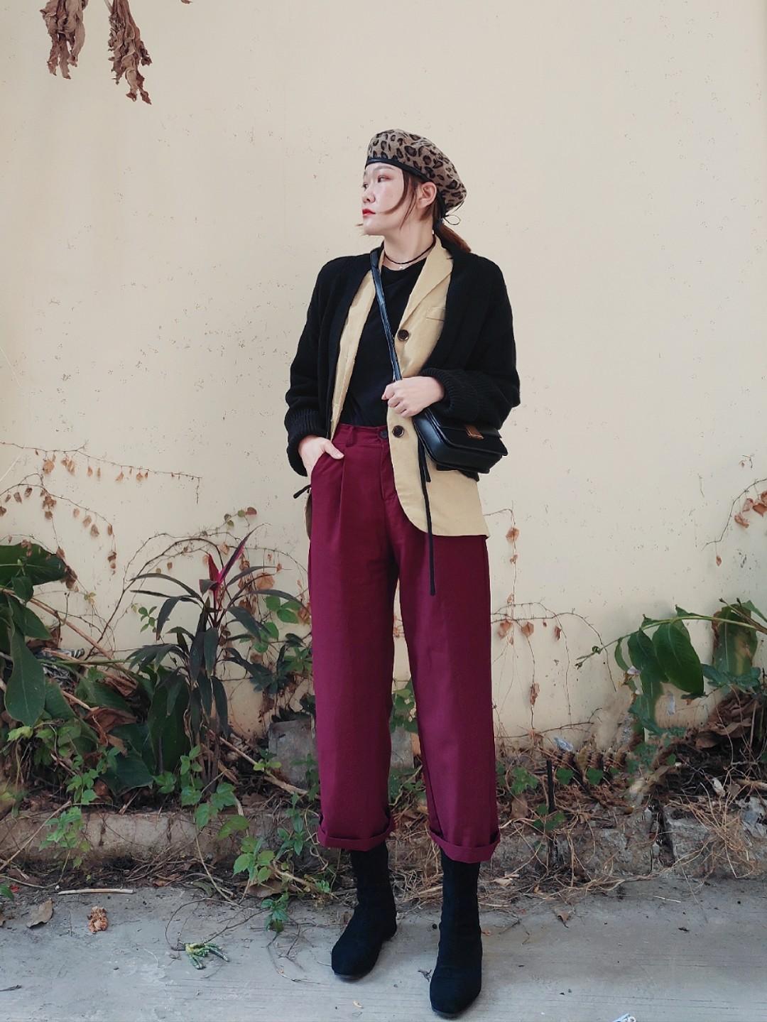我的春装有很多搭配法则 黑色短款毛衣外套,单穿有些单调,怎么来增加巧妙感呢?搭配一件春装西服!叠加起来薄厚适中~不怕冷! 嫩黄色和酒红色的撞色搭配很有特点 搭配上外套同色系的小挎包~视觉上拉长腿部都是小套路哦~  #我的外套里已经穿好这些春装啦!#