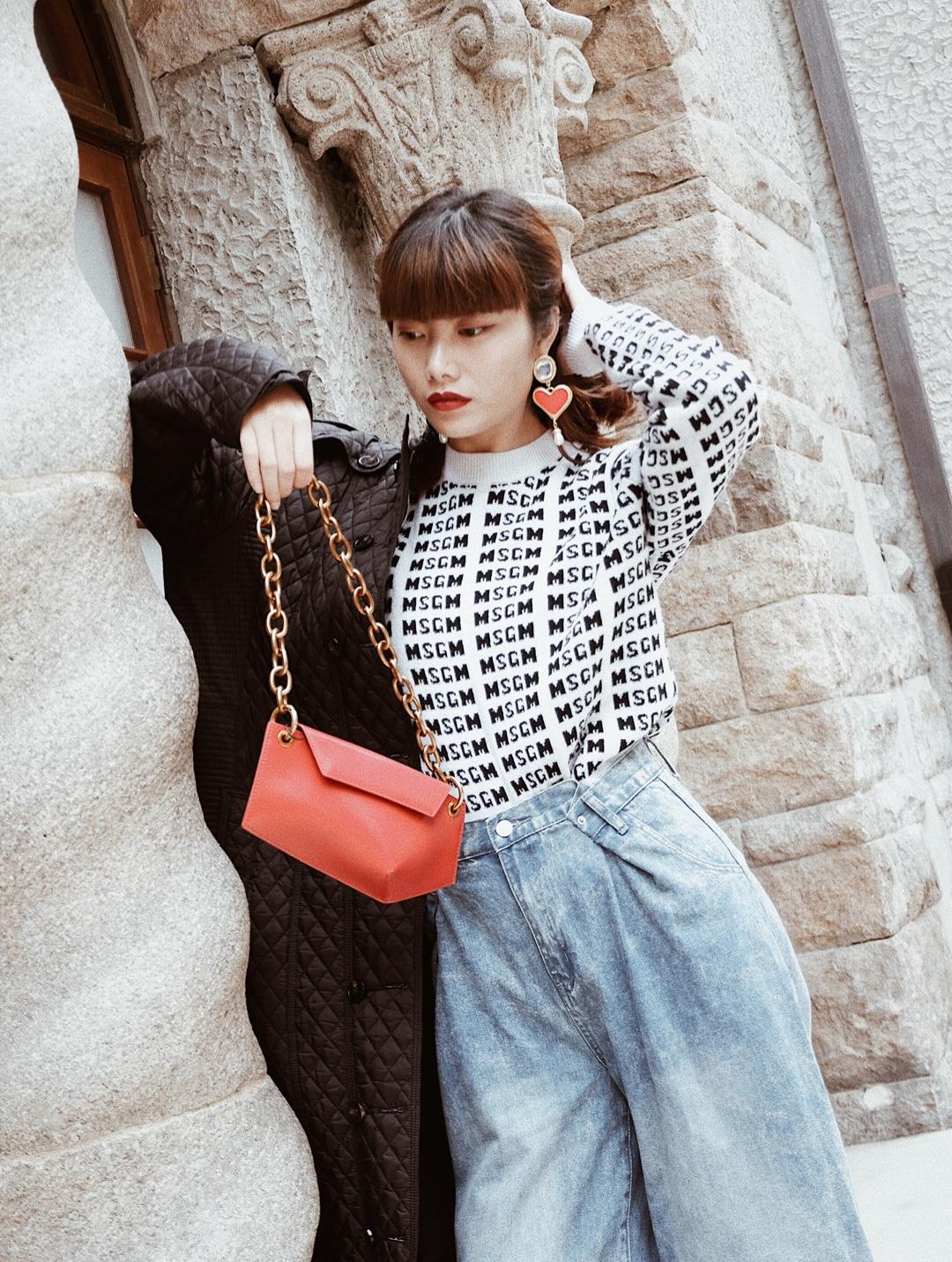 Fake 姐穿搭日志 | #过年胖三斤就靠这些衣服遮了# 在秋冬季节,虽说每年都有它自带的流行色,相对于流行色来说,黑色不管在什么时候,永远也排在时尚的前列,黑色大衣相对来说对肤色没什么挑剔,而且搭配也很容易,所以秋冬人人都应该有一件黑色大衣。搭配红色包包点亮全身