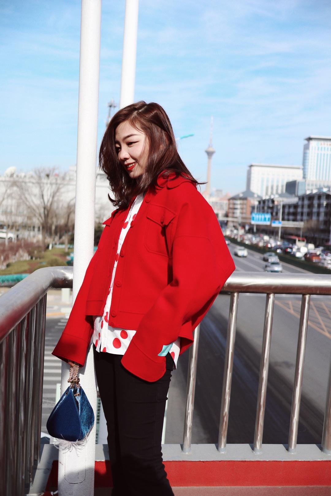 #分享一波春日少女穿搭# 红色短款外套+波点衬衣打造春日少女感!黑色阔腿裤+短靴轻松增加整体look的时髦感哦!
