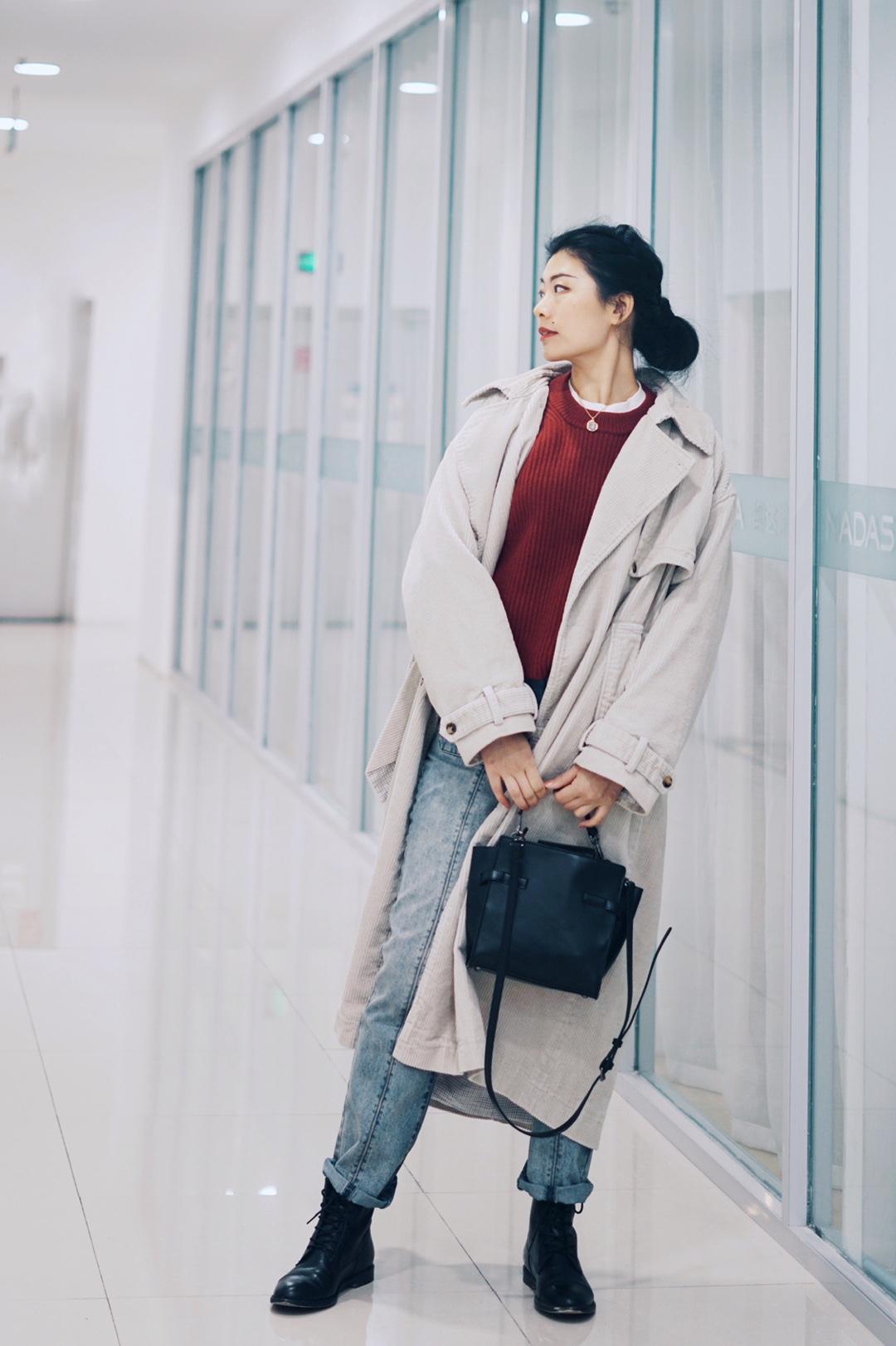 #提高腰线!小个子穿搭终极重点# 暖暖的红色毛衣, 搭配版型超棒的磨旧感牛仔裤, 看上去有种校园时代的纯情。 米白色灯芯绒大风衣不抢镜, 却也是无法忽视的气场担当~ 而且真的好挡风! 马丁靴和包包意外选择比较硬朗的款式, 全身形成了有趣的冲撞感。