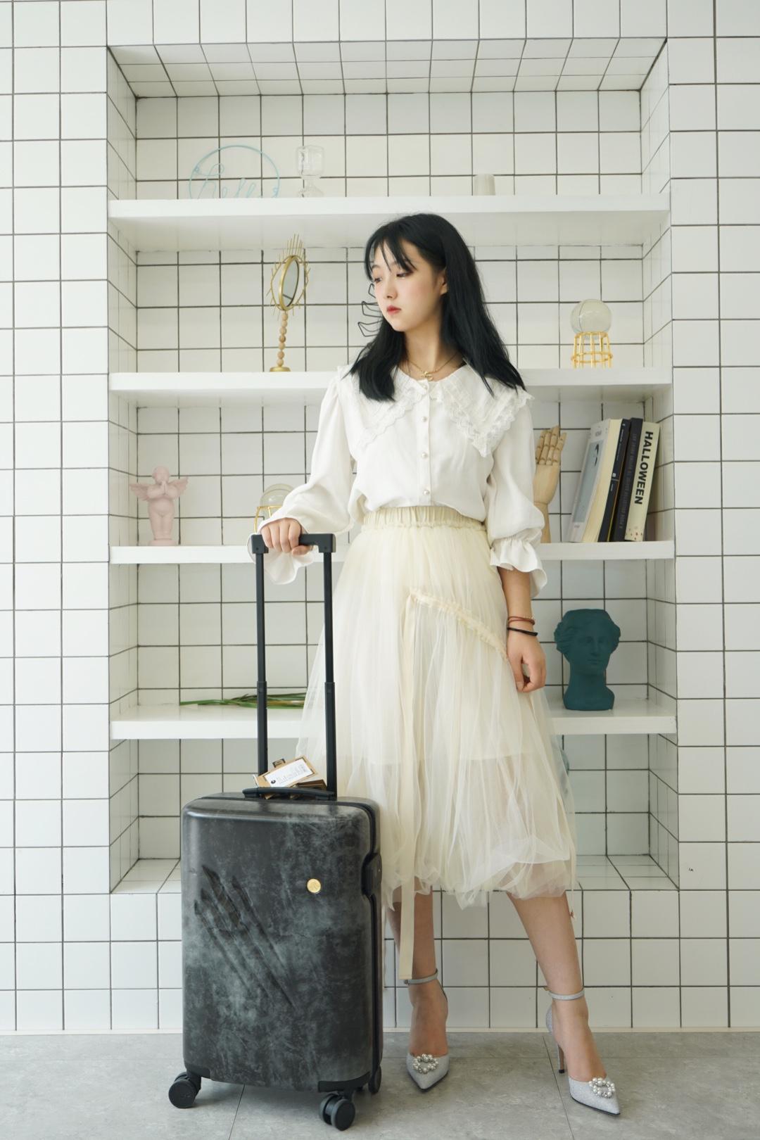 """#旅行style把时髦装""""箱""""#『阿九春日穿搭』 这件纯白色水手服背领蕾丝衬衣,非常适合日系风格的美少女们春日出游,再搭配系带薄纱蓬蓬裙,再拉上ITO行李箱,简直少女心爆棚啦"""