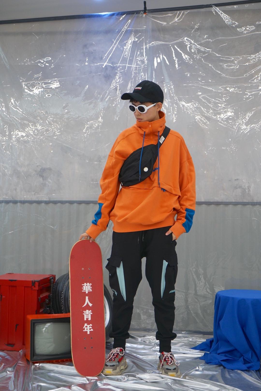 #MOGU STUDIO#橙色的卫衣特别的吸睛,搭配黑色束脚运动裤,酷的一批,再搭配个黑色鸭舌帽和黑色挎包,使酷再次上升了一个档次,看起来只有卫衣,实则小东西的搭配满满 👕Stand by 👖Stand by 👟巴黎世家