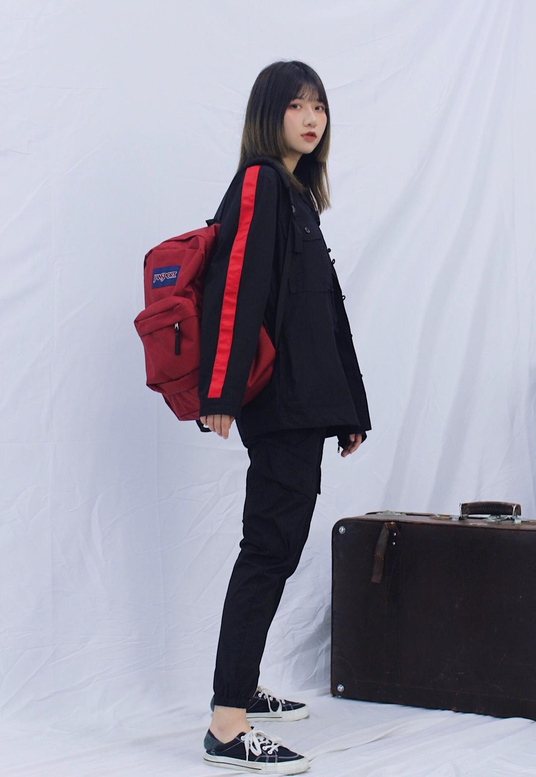 全身采用黑红色搭配 上衣和工装裤都属于帅帅的单品 所以搭配在一起毫不违和  全身黑色的话就用配饰来点亮全身吧~ 红色包包和上衣肩膀条纹颜色呼应 整体色彩不违和 休闲运动减龄的一套~