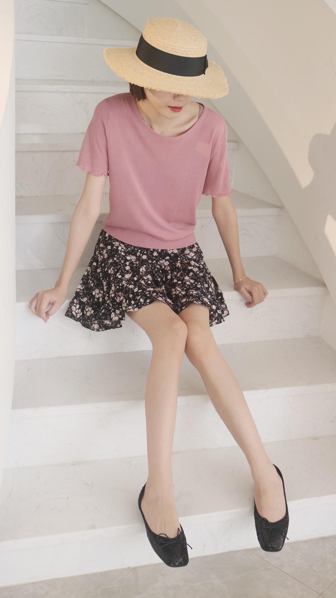 #小仙女的长腿搭配秘籍# 粉红粉红的一天~少女心的代表颜色之一💓 减龄最突出的还是娃娃鞋 蝴蝶结的装饰 风格淑女少女可爱之间随意切换❣️ 半裙是碎花图案 穿上去那一刻爱了 滑滑的面料 还有打底 版型俏皮 又显腿长 搭配纯色上衣就很好看了🥳