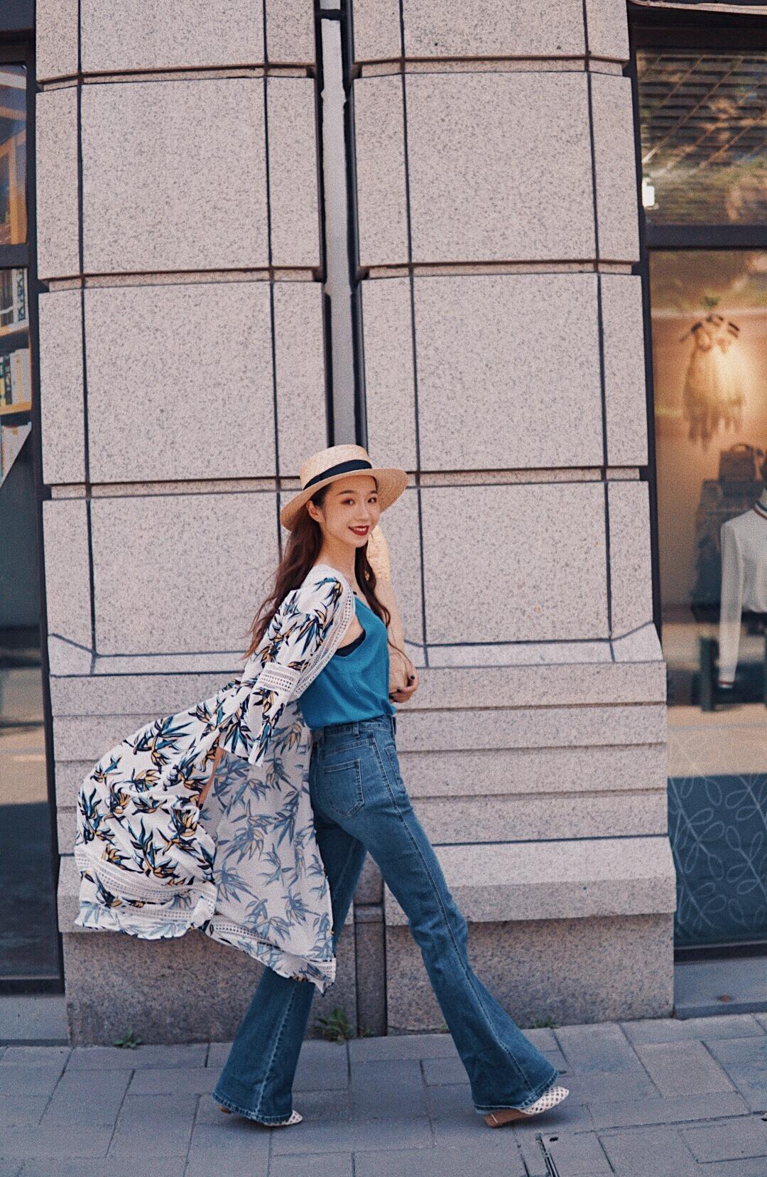 #多肉女孩的夏日生存法则#  日剧高岭之花石原里美同款连衣裙,开辟新穿法。拿来当外套穿,搭配超高腰喇叭裤,LPA镂空松糕鞋充满夏日气息,整个look就很适合度假啦。