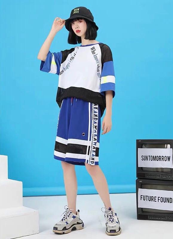 #懒人收藏,爆款套装穿给你看# 黑篮白配色的宽松T恤  一整套的搭配很亮眼啦