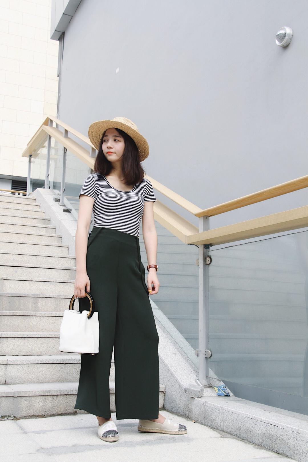 #上短下长,腿长一米八!#合身的黑白条纹t搭配墨绿色高腰背带裤清爽简洁,视觉上就有增高的效果,阔腿裤的设计很好的修饰腿型,草帽搭配更添时髦感!