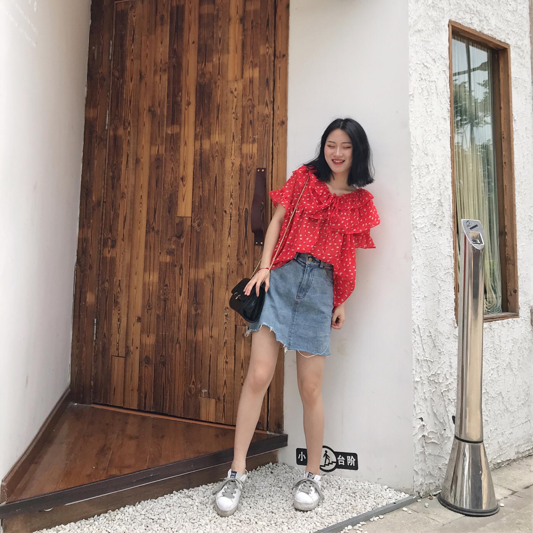 #夏日水果色上身,我超甜# 红色碎花雪纺上衣+牛仔半身裙 这件上衣也是比较偏轻款的 也可以做一字领穿着 也很好看了 雪纺料子也是很舒服
