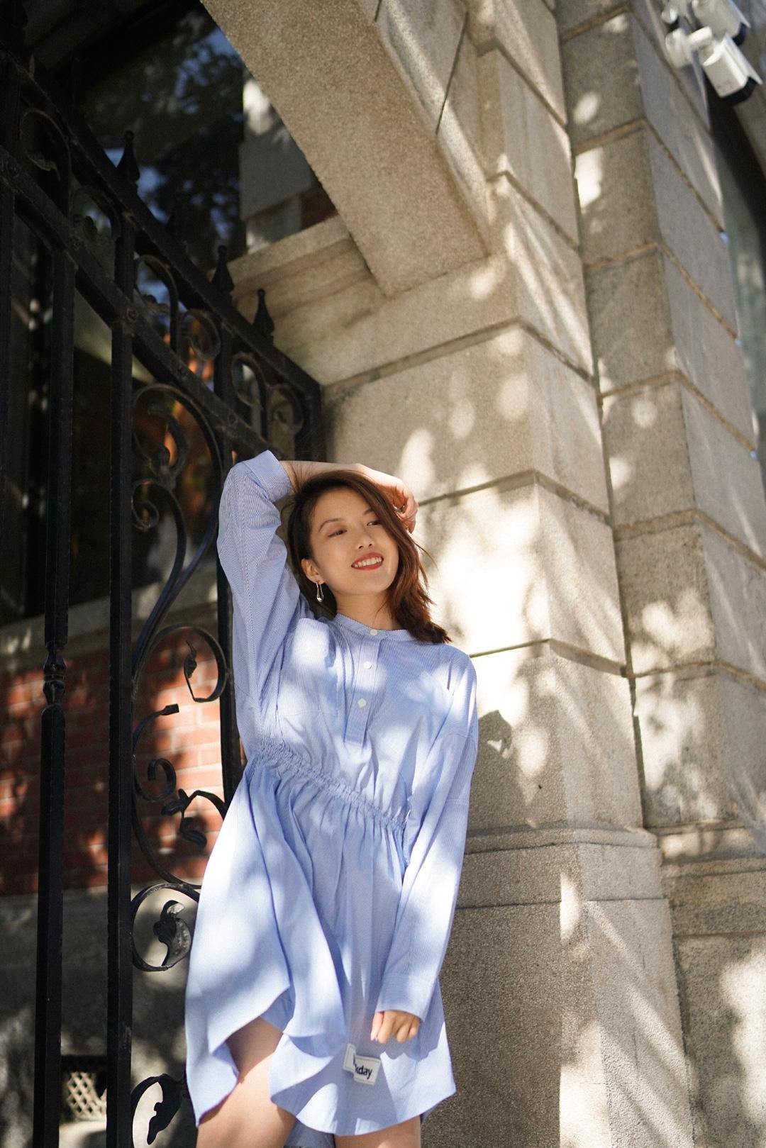 #小个子女生,这款裙子更适合你# 充满浪漫的法式条纹,延续了经典的蓝白色调!裙摆处的不规则波浪纹理,随风吹起自然优雅~搭配运动鞋平衡了裙子的甜美,更加休闲~