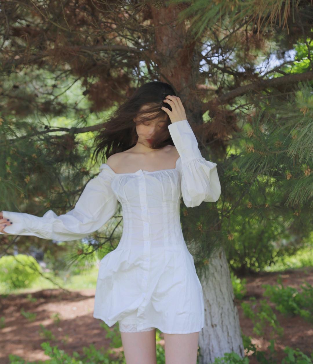#夏日就该性感一下,考虑考虑~# 什么神仙裙子啊。也太好看了吧。 这条裙子偏欧美系,完美挡住麒麟臂,对大胸小胸都炒鸡友好。 后背的心机设计简直深得我心。 而且收腰效果特别强,穿上立马拥有小蛮腰。 裙子有点短,但是恰到好处。 料子还很凉快。 鞋子真的搭什么都行。白色的就好。 这件单品,一定要入!