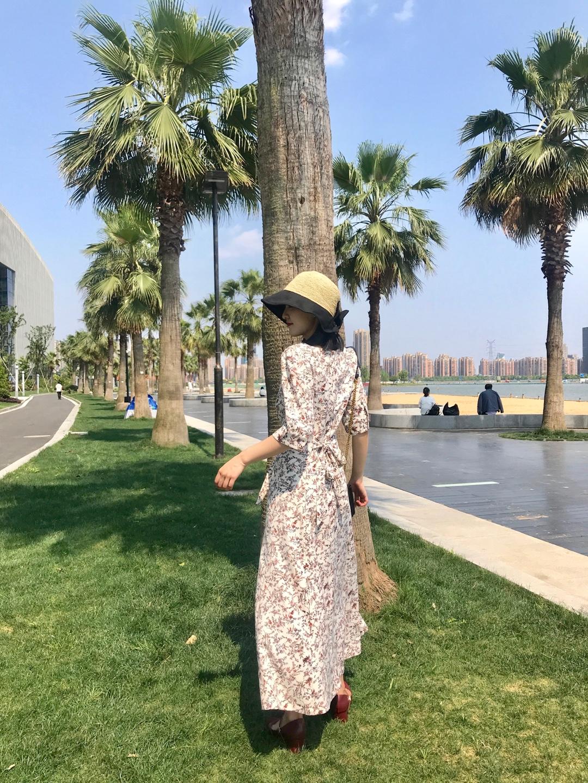 #好看易学的温柔风穿搭模板!# 碎花连衣裙最显温柔女人的元素! 配上个帽子 简直度假style好吗 还有蝴蝶结点缀 👍好看