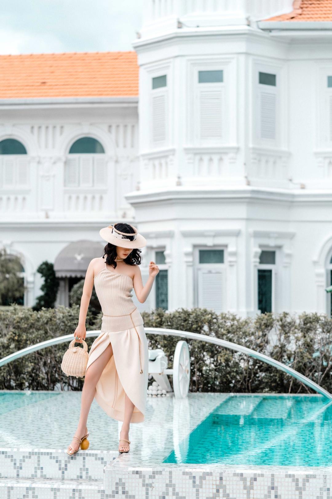 """#Nikkislook#  """"晒伤""""的NK也超复古~如何在炎热的马来西亚穿出清凉感,小裙子肯定不能少啦,高开衩的设计又是显腿长的利器,配上草编包度假感十足~ """