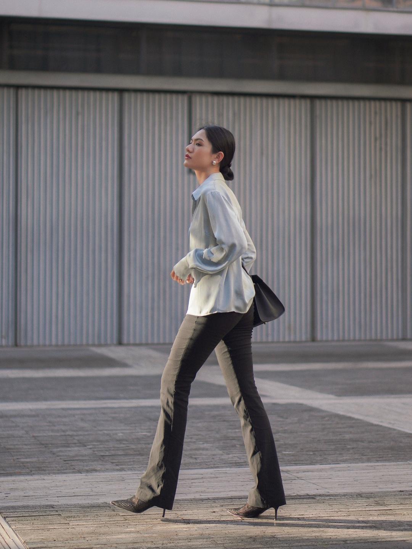 霸道女总裁已上线😎职场时髦精OL穿搭  ▪️分析今天的职场look,很喜欢这种简约干练的风格,而且单品可穿性上相对大多数女生来说参考性很高。  ▪️衬衫是一件丝绸的衬衫,质感垂坠感都超好,穿起来更显质感,作为都市上班族,女人想要显得精致,一件丝绸衬衫可能就能达到你想要的优雅与灵动!而衬衫,也是最考验穿搭功力的一件单品!  ▪️搭配简约的黑色阔腿裤与高跟鞋气场立马🆙裤子很多年前买的,版型还是不过时。  ▪️搭配的包包好喜欢,给严肃的职场穿搭中加入了涂鸦元素,不会太沉闷,上班的心情也能跟着变好!超能装,OL女上上班用很适合!  ▪️这次发型也特地扎了简约的下垂丸子头,瞬间干练了很多!  ▪️衬衫:TheFifthLabel  ▪️包包:HXXXXS  ▪️尖头鞋:lostinecho  #衬衫阔腿裤,老爸都说酷#