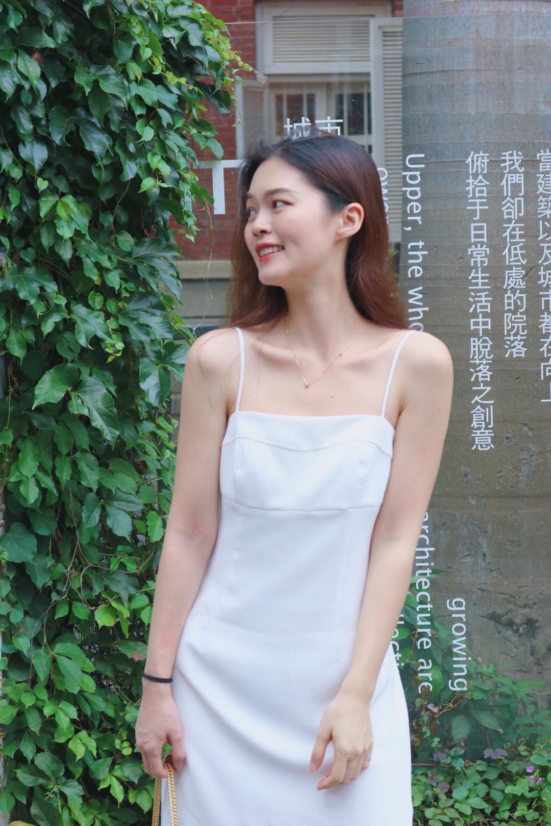 极简吊带裙真的别提多好看,一件版型优秀的吊带裙真的有多么难得,从剪裁到细节都是完美的,约会逛街旅游皆可#韩系极简:清凉温柔杀#