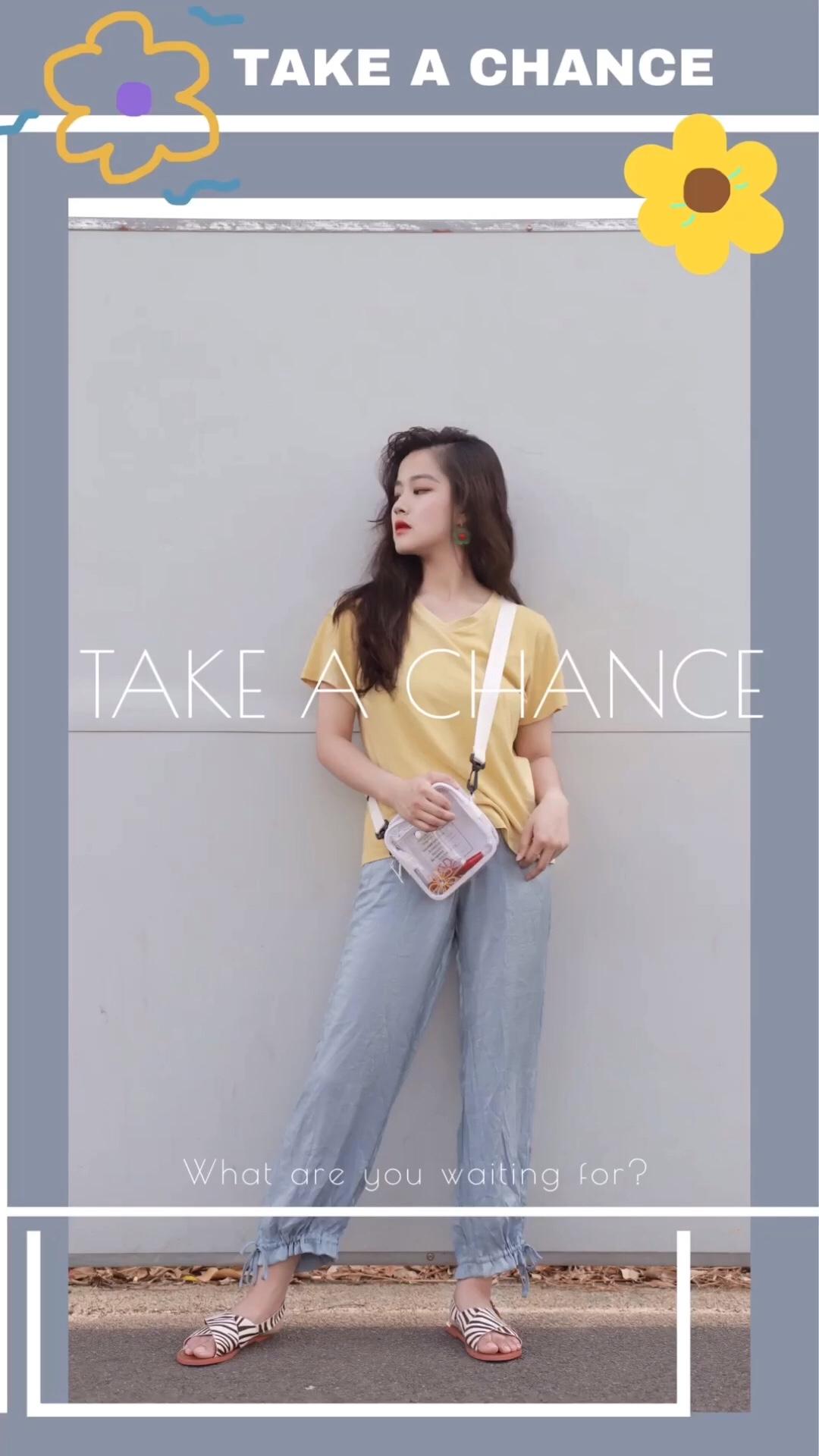 鹅黄色V领短袖T恤搭配浅蓝色束脚灯笼裤 斜挎白色透明包包 整套清新甜美#日常时髦经:舒服最重要!#