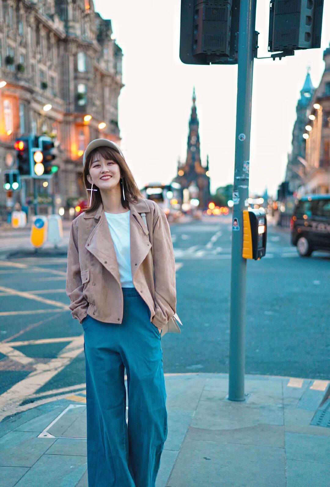#穿上公主粉,为杰伦公举打call!# 【穿搭】爱丁堡街拍 今晚是这条街上最酷的仔 7月的爱丁堡,晚上大概只有十度左右,而且风很大,我都穿了秋衣还要再套件外套 · 但又好喜欢7月的爱丁堡,因为晚上十点多天还是亮的,在大街上随便走走拍拍都很好看。 · 白色的小帽子这次去英国出镜率很高,非常百搭,是个叫AWESOME NEEDS的小众韩国设计师品牌;外套是灯芯绒材质的,做成了皮衣的款式,酷酷的但又很舒服,是The Fifth Label的新款;裤子是以前在日本买的阔腿裤,旅行很爱穿它;Yuzefi的小白包之前发过啦,万能百搭,好几套衣服都是用它来搭的,是近期最爱了。 · 天知道在美丽的背后,我穿了一件秋衣然后在秋衣外面套了一个白短袖做内搭 · 今日穿搭 帽子/Essence设计师品牌服装店 外套/the Fifth Label 包/YUZEFI