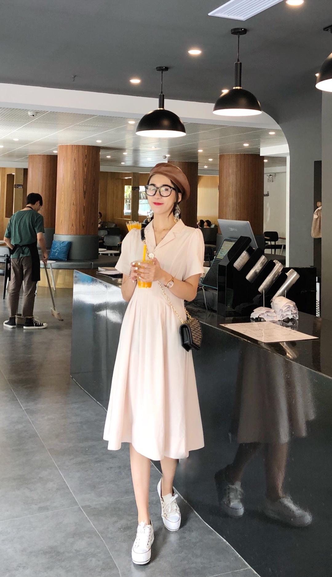 #七夕约会妆容在线教学!#气质小裙子来啦 韩风满满 超级温柔啊  关键是垂感很赞 走路带风哟 搭配简简单单小白鞋就够啦。