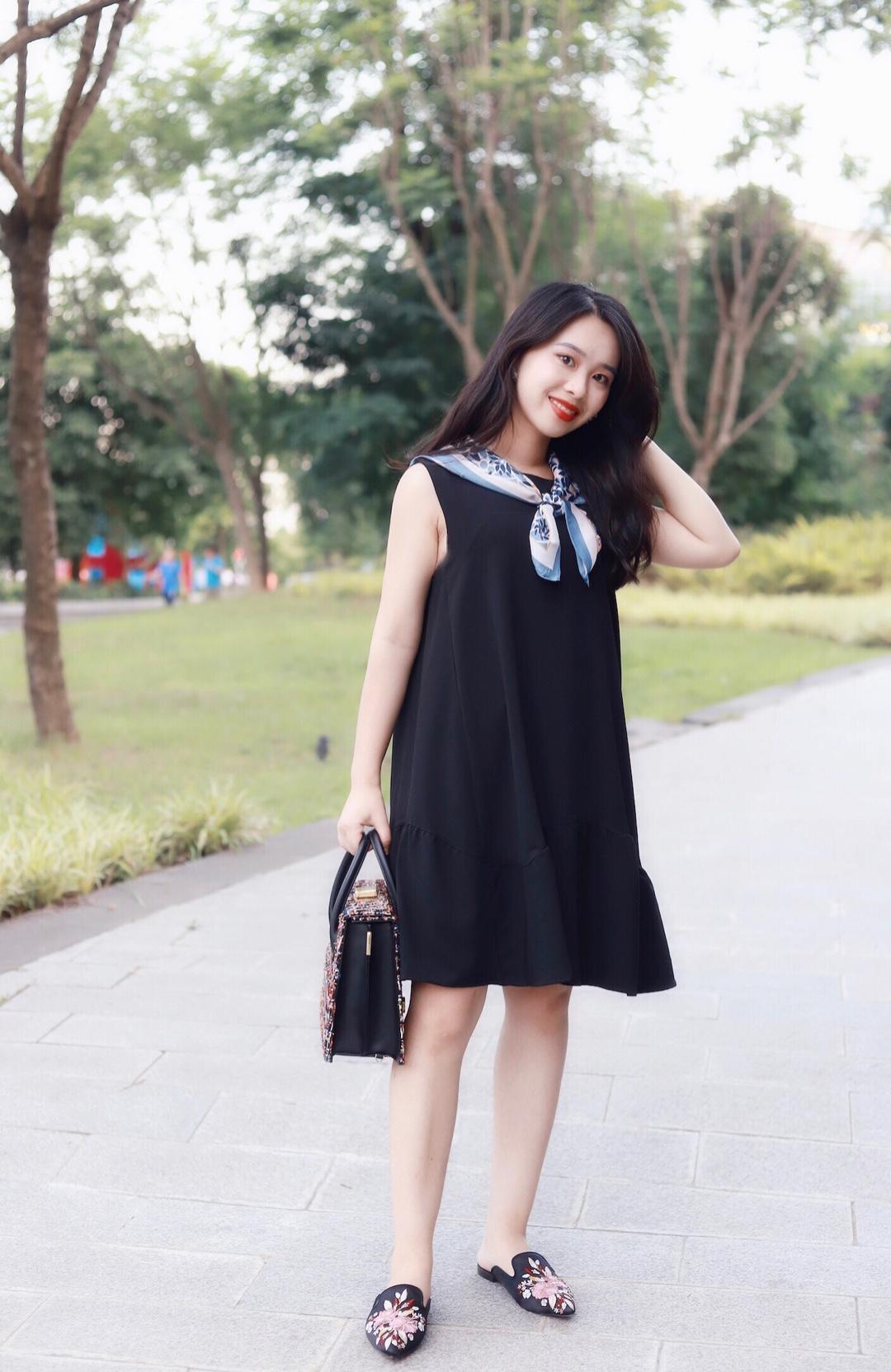 #轻熟小性感,约会强助攻!# 150小个子穿搭 超级好看显瘦的小黑裙哦~ 背心款的一点点可爱~觉得小黑裙比较单调,所以我加了一个丝巾 蓝色系的比较适合夏天哦~ 包包搭配一个小香风的,同款比较大很实用哦~