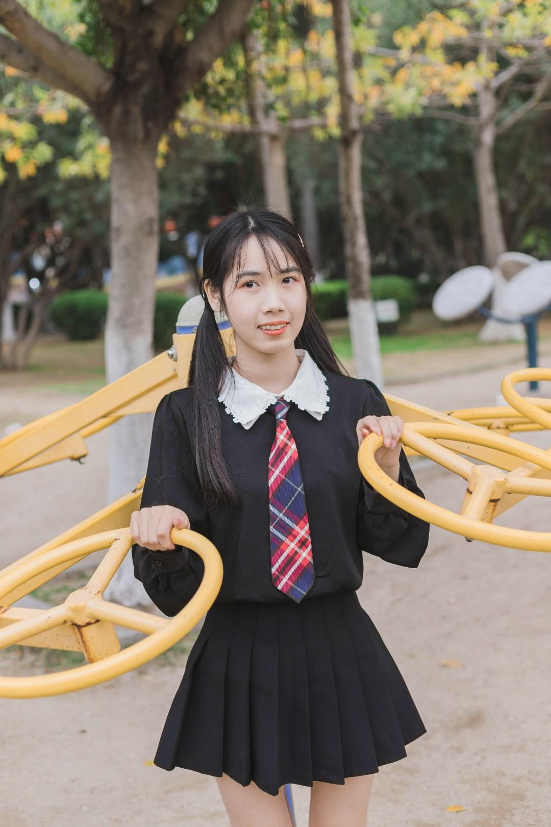 #初秋第一波韩系潮流,跟上!#  这一套非常适合初秋了 黑色衬衫娃娃领的设计很韩系甜美 搭配黑色百褶短裙显高显瘦 再搭配一个红色领带又多了几分学院风