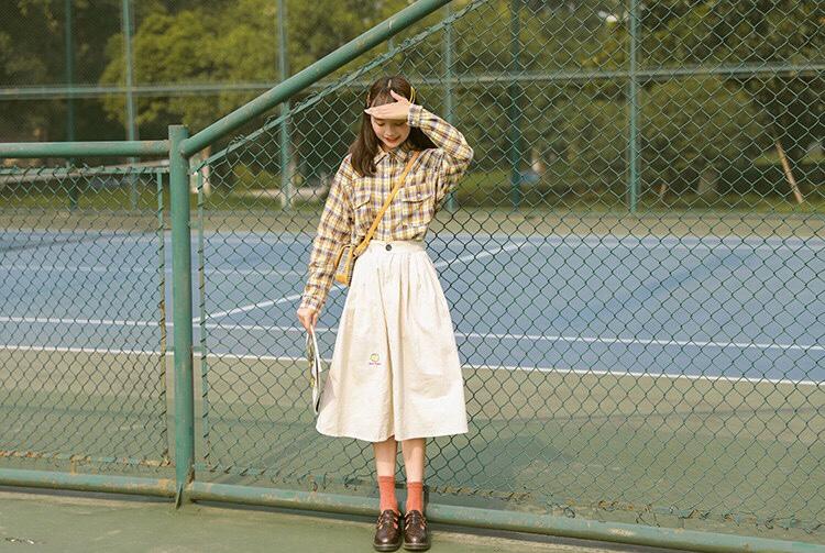 #这条半身裙,专治腿粗~#真的巨文艺巨好看的一套搭配,我最喜欢的一套啦~格子衬衫搭配半身裙,再冷些外面还可以套个毛衣外套,带上八角帽,感觉像个小画家~