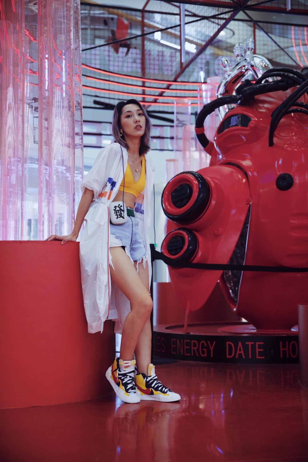 ViLook | Vol.301 ———— 第一眼看到Sacai和Nike的联名就爱上了!黄蓝红白四种颜色出现在同一个单品上却又可以如此吸睛和耐看!当真佩服设计师的鬼才!有了这样的神单品其他搭配也不能逊色,Icy的白色半透明风衣内搭抢眼黄色的维密胸衣,与鞋子完美呼应。有趣的鞋加有趣的衣服,包包当然也不能逊色,老鬼制造的麻将发财小腰包也是有趣到身边好多老友想刮走~  #过渡季必备:初秋小外套#